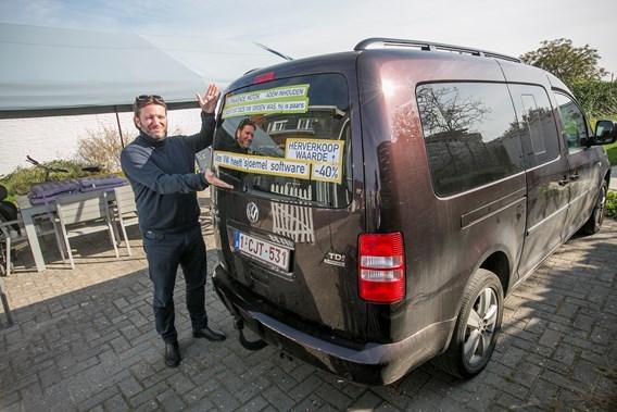Eigenaar bestickerde sjoemelwagen richt open brief aan Volkswagen