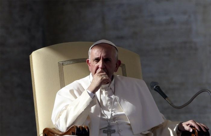 Paus zet hervorming curie resoluut door