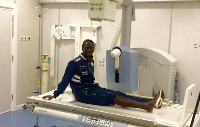 Mbaye Leye loopt 'slechts' zware kneuzing op na pijnlijke botsing met boarding