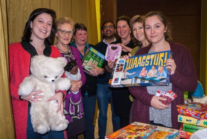 Curieus-afdelingen overhandigen speelgoed tegen kansarmoede