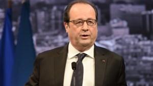 Hollande bezoekt vliegdekschip dat IS aanvalt