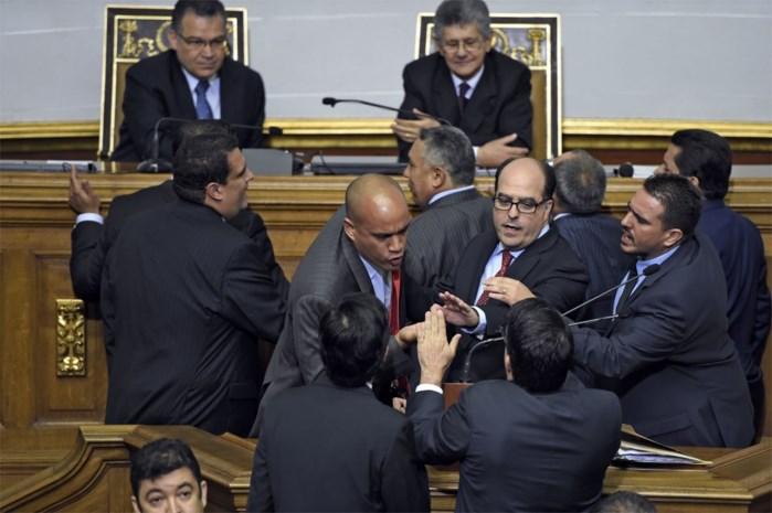 Maduro-getrouwen verlaten parlement tijdens eedaflegging