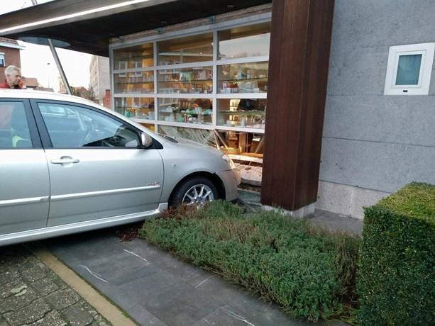 Klanten rijden per ongeluk apotheek binnen