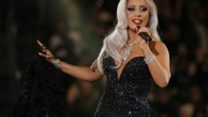 Lady Gaga eert David Bowie bij de Grammy-toekenningen
