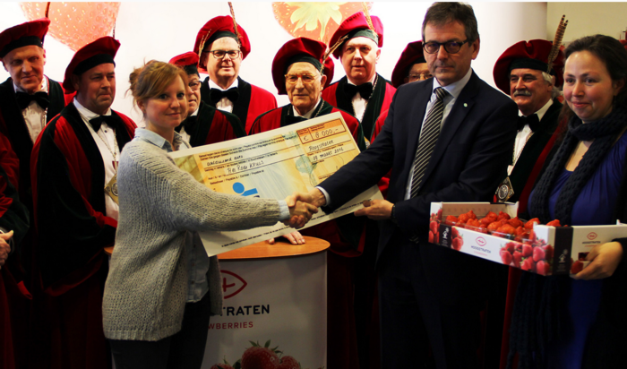 Eerste kist aardbeien van het seizoen geveild: 4.000 euro
