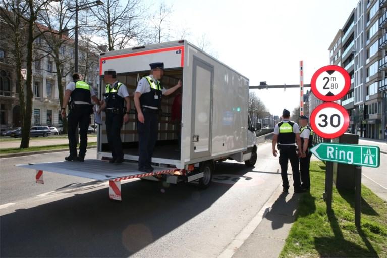 Slimme agenten krijgen vastgereden vrachtwagen uit Van Eycktunnel