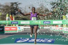 Kenianen vieren in marathon van Parijs, politie massaal op post