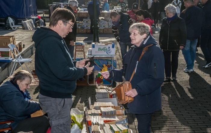 Deze dame houdt iedereen in toom op Turnhoutse rommelmarkt
