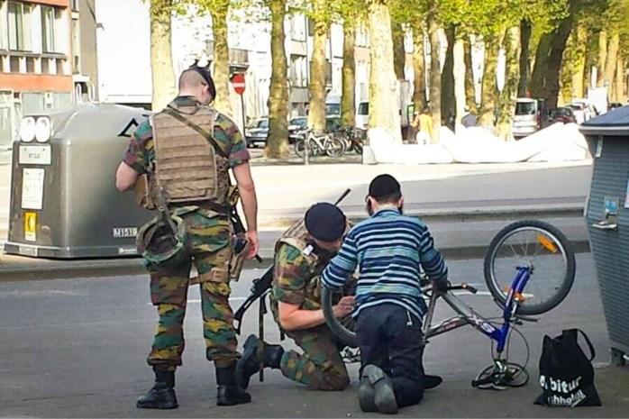Sympathieke militairen helpen jongetje uit de nood