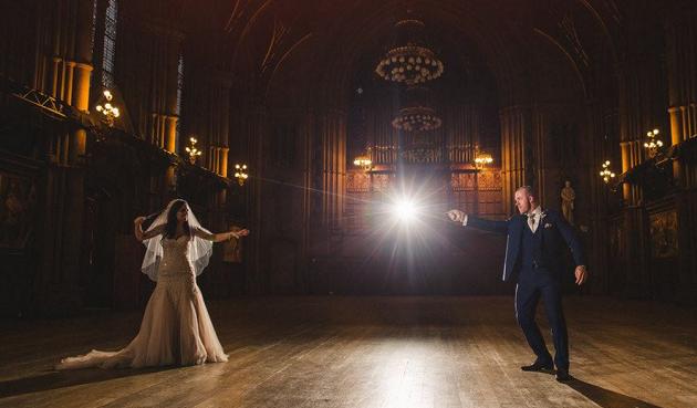 Koppel haalt alles uit de kast voor Harry Potter-huwelijk