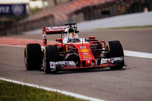 Sebastian Vettel sneller dan Nico Rosberg tijdens eerste F1-testdag in Barcelona