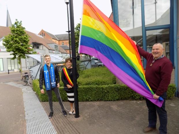 Finalist Mister Gay Belgium hijst regenboogvlag