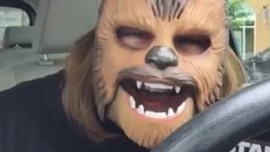 Lach van vrouw met Star Wars-masker werkt zo aanstekelijk dat video in geen tijd viraal gaat