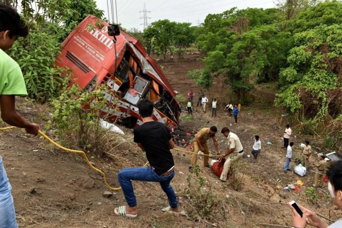 Nachtbus rijdt in ravijn in India: 30 doden