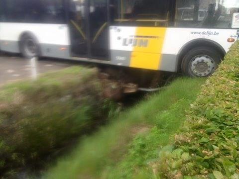 Lijnbus belandt in voortuin nadat boze passagier chauffeur aanviel en aan stuur trok