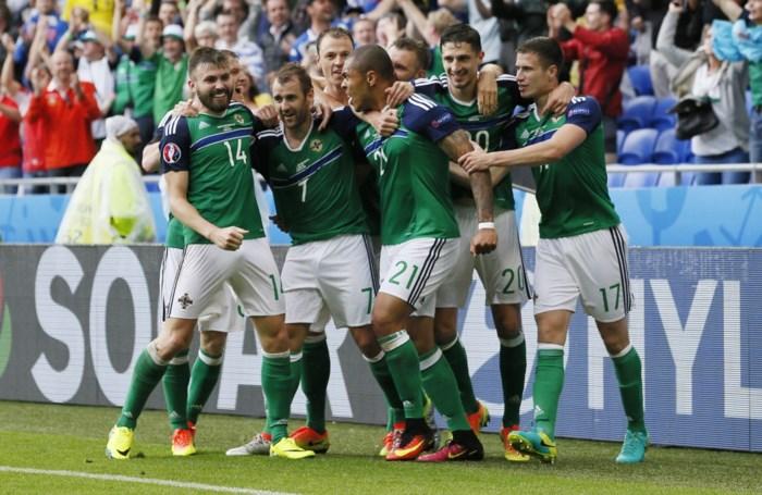 Noord-Ierland verrast Oekraïne en boekt eerste zege op een groot toernooi