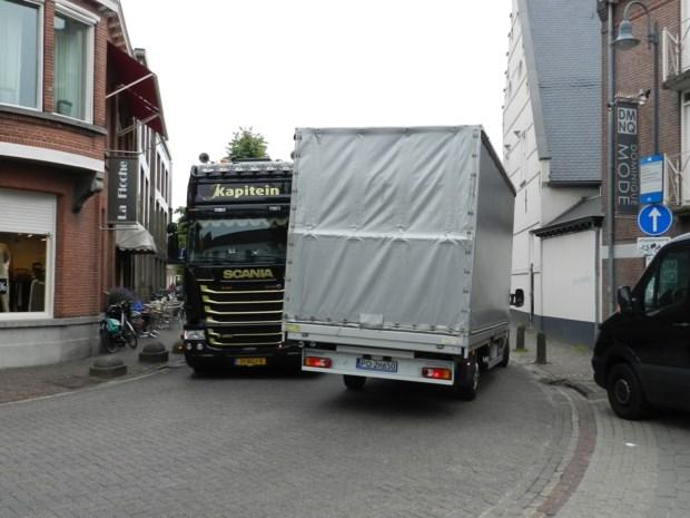 Minder vrachtwagens door S-bocht