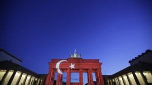 Verschillende gebouwen kleuren rood en wit na aanslag Istanbul