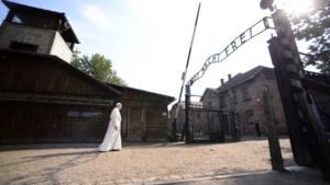 Paus Franciscus bidt in Auschwitz