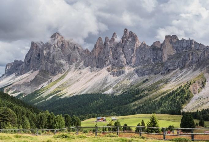 Tieners willen foto's nemen in berggebied maar storten te pletter