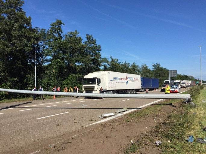 Vrachtwagen knalt tegen verlichtingspaal op E34