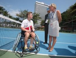 Prinses Astrid woont tennismatch tussen paralympische Belg en Braziliaanse kinderen bij