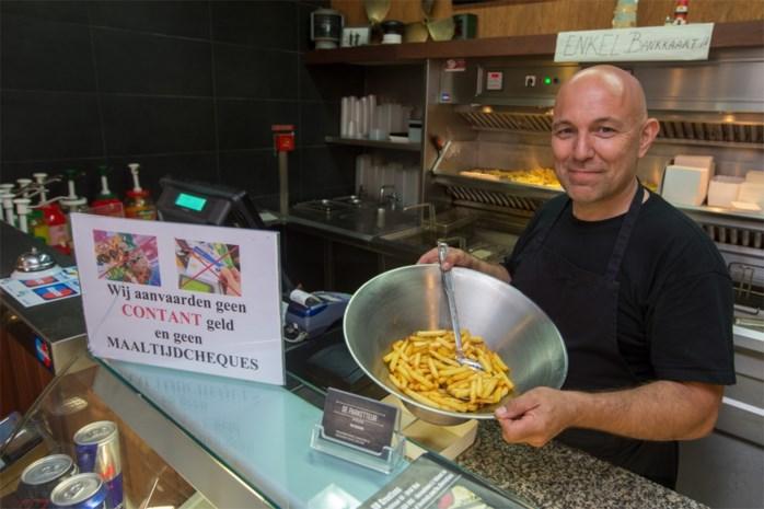Friturist verbiedt klanten om met cash geld te betalen