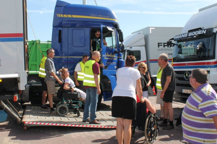 Mensen met een beperking rijden mee met truckers