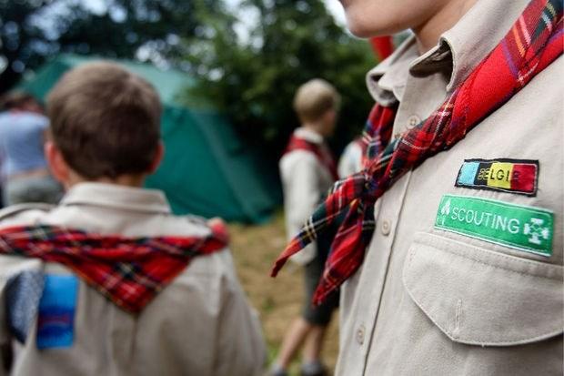 Ouders kamperen om kinderen in te schrijven voor scouts