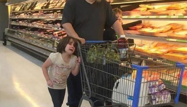 Deze foto van winkelend gezin veroorzaakt verontwaardiging op internet