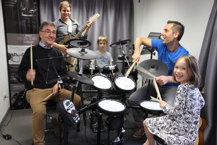 Vader en zoon starten drumschool
