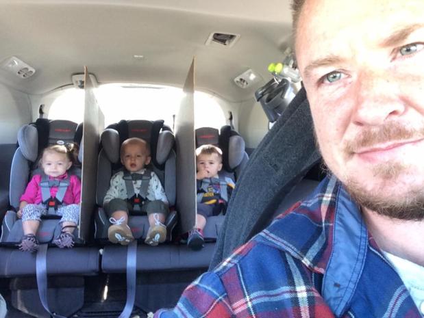 Vader van drieling vindt manier om ruzie op achterbank op te lossen