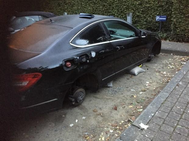 Auto voor woning gestript