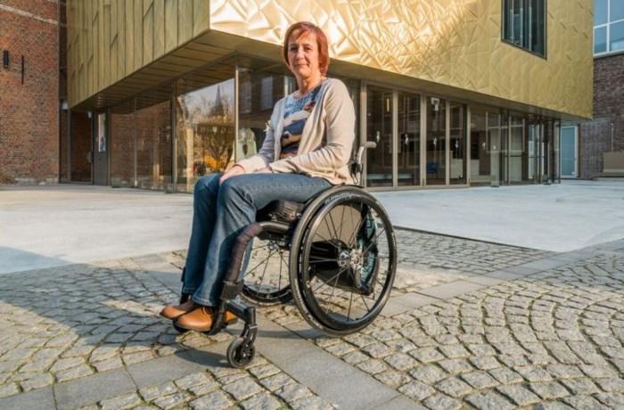Vrouw in rolstoel wordt in hoekje gedreven en bestolen