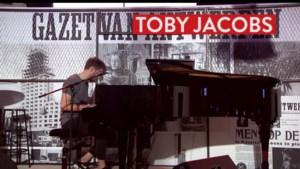 Straatmuzikant Toby Jacobs laat publiek genieten
