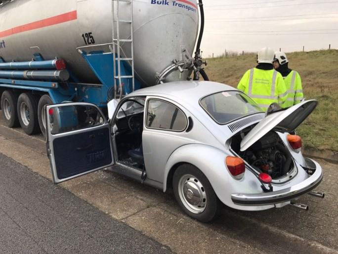 Volkswagen Kever knalt achteraan op tankwagen op Scheldelaan