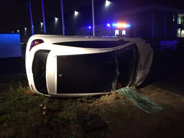 Brandweer bevrijdt chauffeur uit gecrashte auto