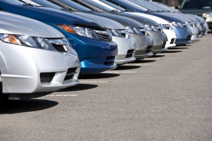 Vandalen verplaatsen en beschadigen opzettelijk acht geparkeerde voertuigen