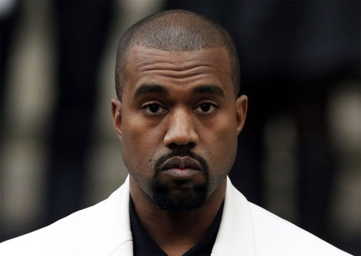 Daar is Kanye West weer en hij heeft een ander kapsel