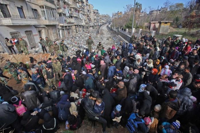 Burgers verlaten Aleppo, maar bombardementen gaan door