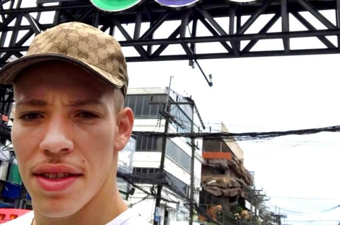 """Antwerpenaar (21) zit al maand vast in Thailand: """"Ik kan mijn zoon toch niet aan zijn lot overlaten?"""""""