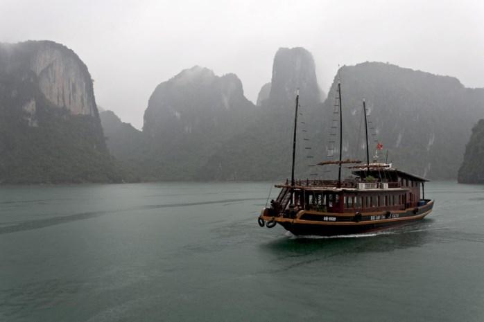 14 toeristen gered van brandende rondvaartboot in de Vietnamese Ha Longbaai