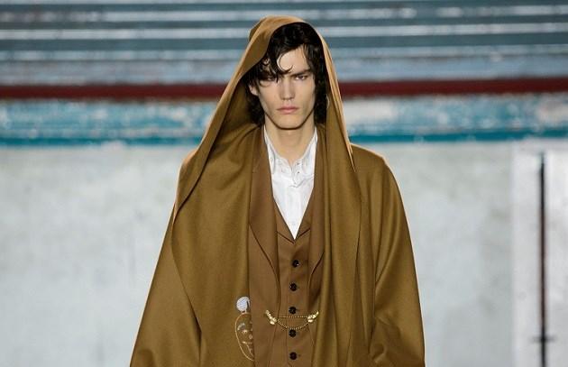 Vivienne Westwood toont erg pikant accessoire op de catwalk