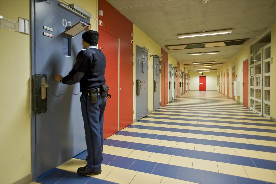 Gevangenis bewaker kan het niet helpen maar hij blijft kijken