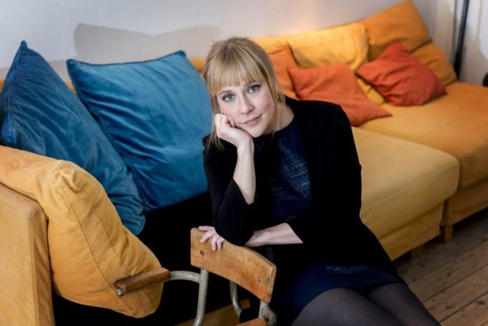 Actrice spreekt met 60 mensen uit de marge in zelfgebouwde telefooncel