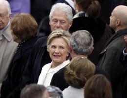 De ultieme vernedering: Hillary moet de eedaflegging vanop de eerste rij volgen