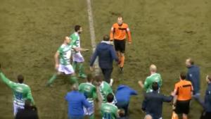Stijnen furieus na lichte penalty, spelers en staf moeten hem tegenhouden