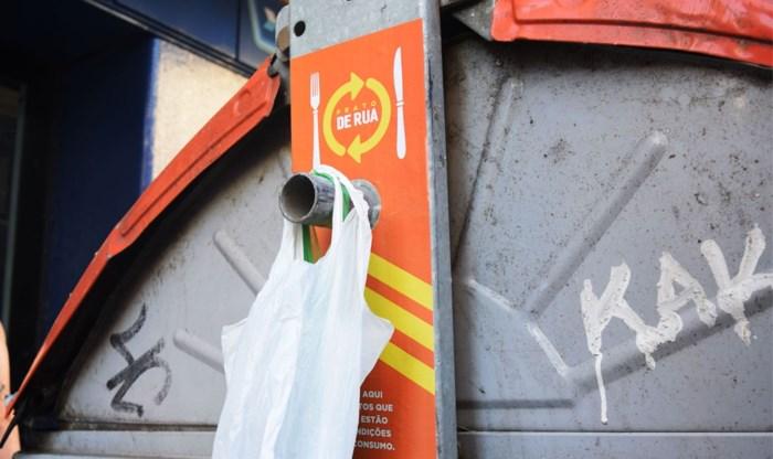 Origineel idee: sticker aan container brengt 'overschotjes' bij armen