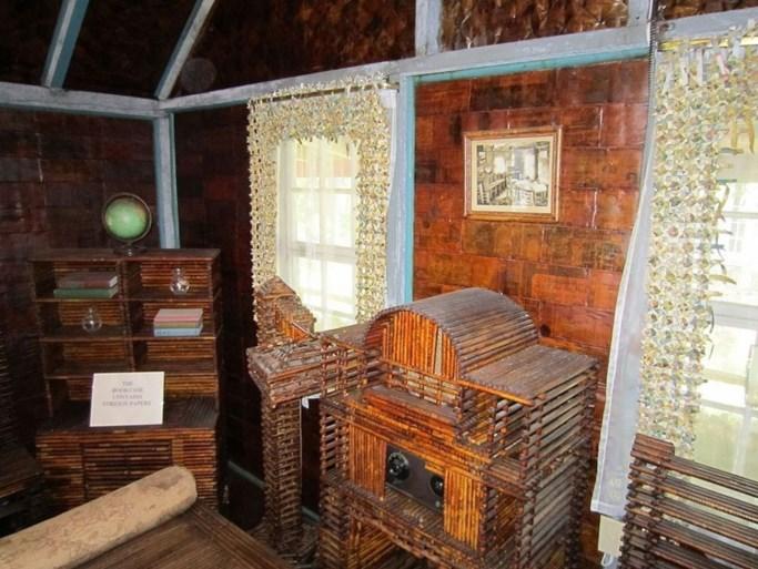 Dit huis is volledig gemaakt uit...oude kranten