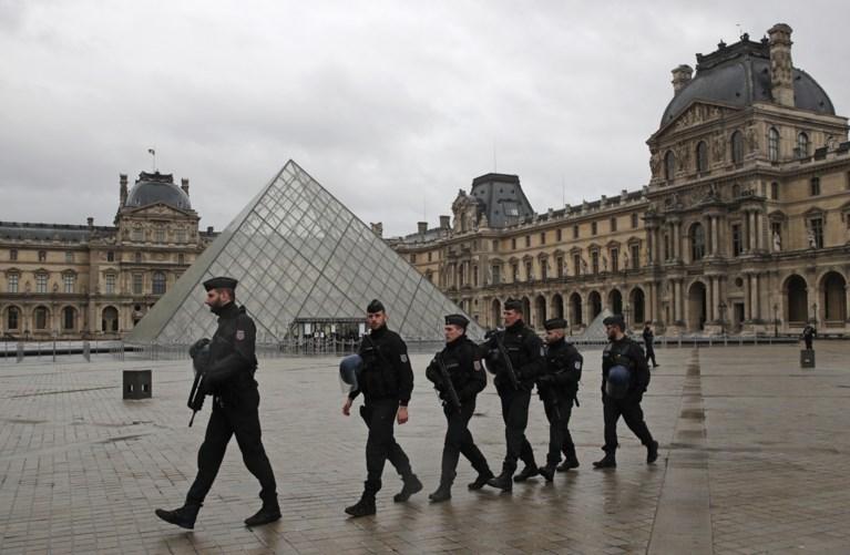 """Man die militairen aanviel aan Louvre buiten levensgevaar: """"Mijn zoon is geen terrorist"""""""